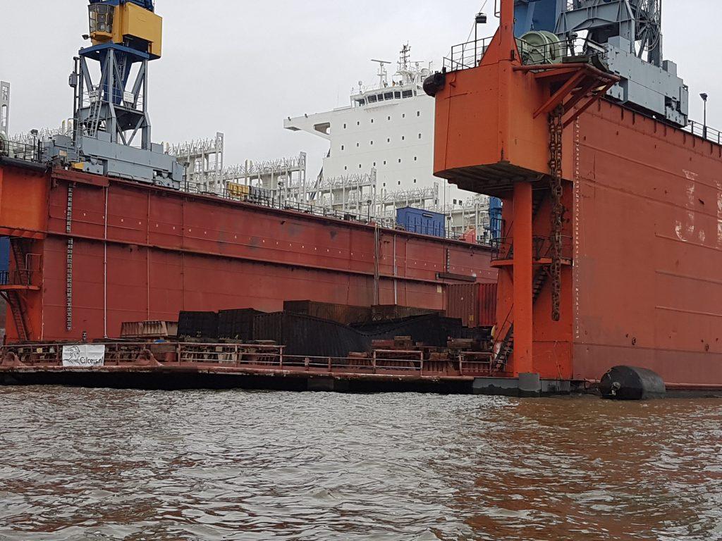 Verbrannte Container von dem Brand im Hafen